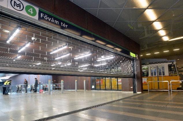A 4-es metró Fővám téri állomásának bejárata a 2-es villamos megállójából nézve.MTI Fotó: Máthé Zoltán