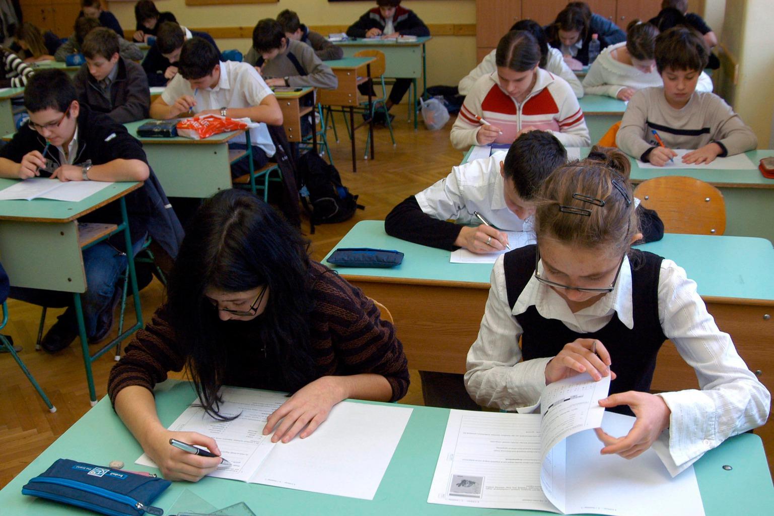 Budapest, 2008. január 26. A középiskolai felvételi tesztlapokat töltik ki a felvételiző diákok a Szent Margit Gimnáziumban. MTI Fotó: Honéczy Barnabás