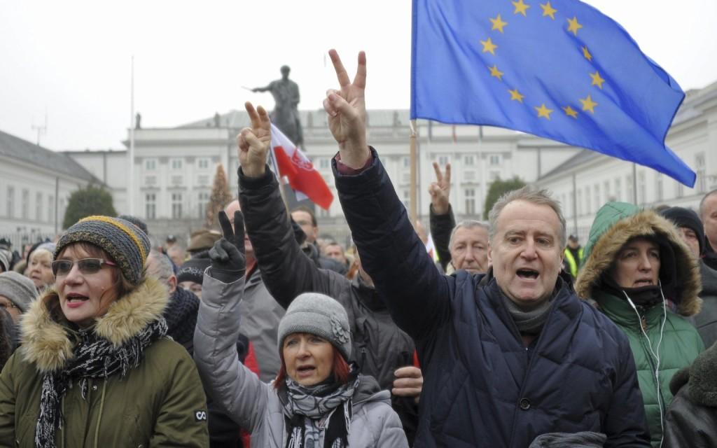Tovább aggódik Timmermans a lengyel helyzet miatt