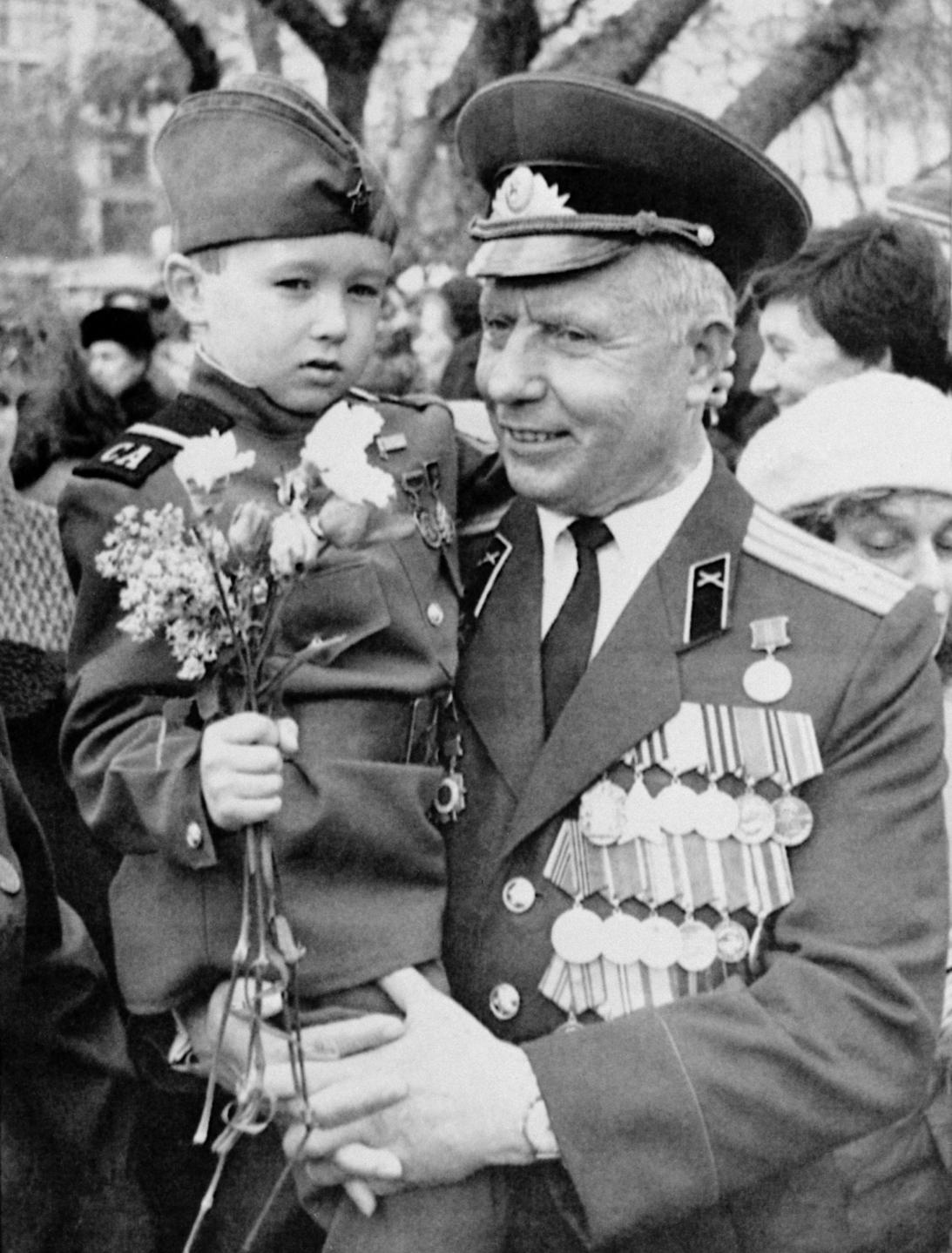V. V. Markin ezredes, második világháborús veterán unokájával, Oleggel a győzelem-napi ünnepségen a Nagyszínház előtti téren Moszkvában, 1988. május 9-én (MTI/PI-TASZSZ)