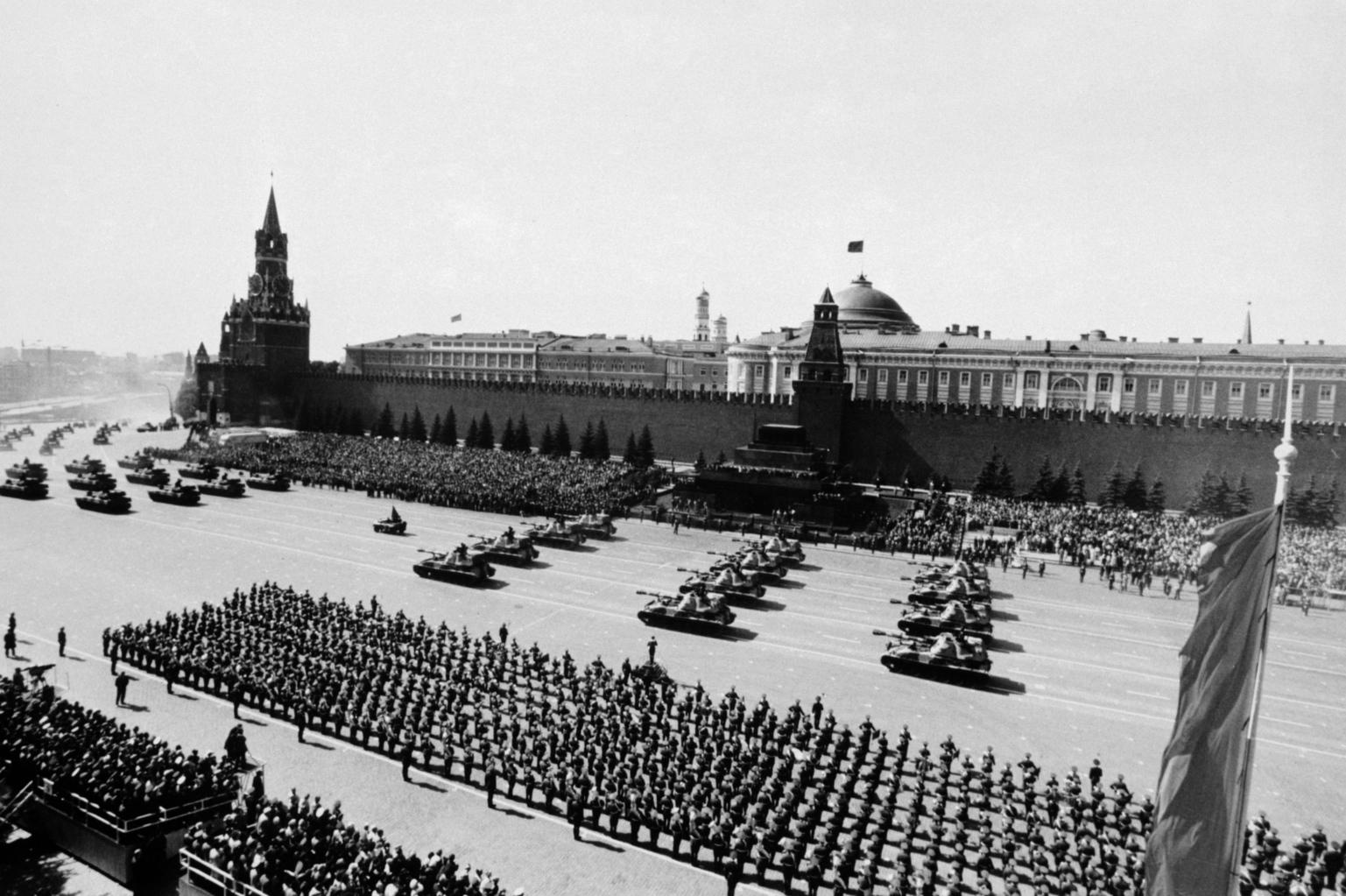 A hagyományos díszszemle a moszkvai Vörös téren 1990. május 9-én, a II. világháborúban aratott győzelem 45. évfordulóján (MTI/TASZSZ)