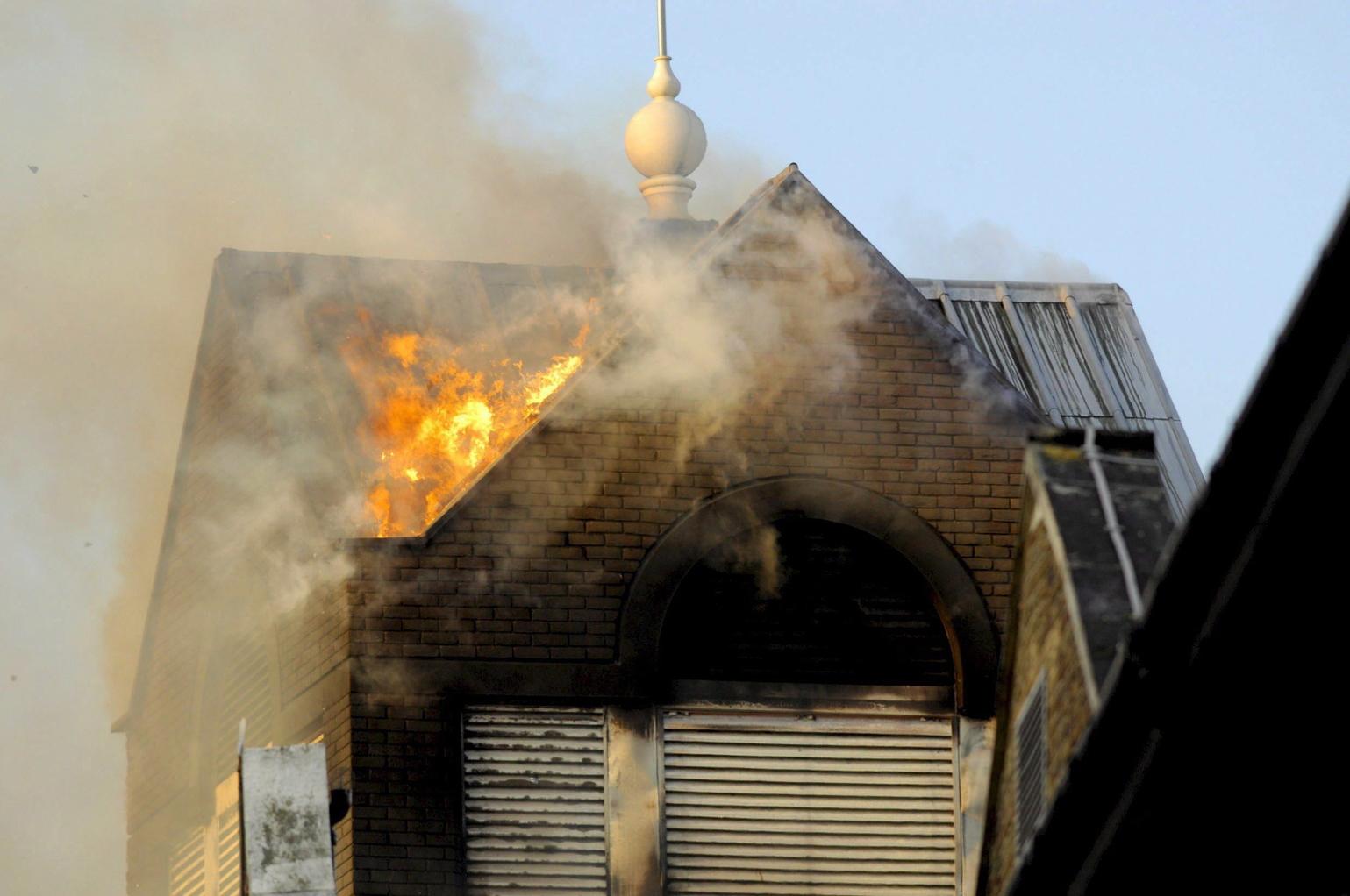 A Royal Marsden kórház teteje lángol a Fulham Roadon, a nyugat-londoni Chelsea negyedben 2008. január 2-án, miután tűz ütött ki az intézményben. Három ember: egy beteg és két tűzoltó füstmérgezés következtében életét vesztette (MTI/EPA/Daniel Hanbury)