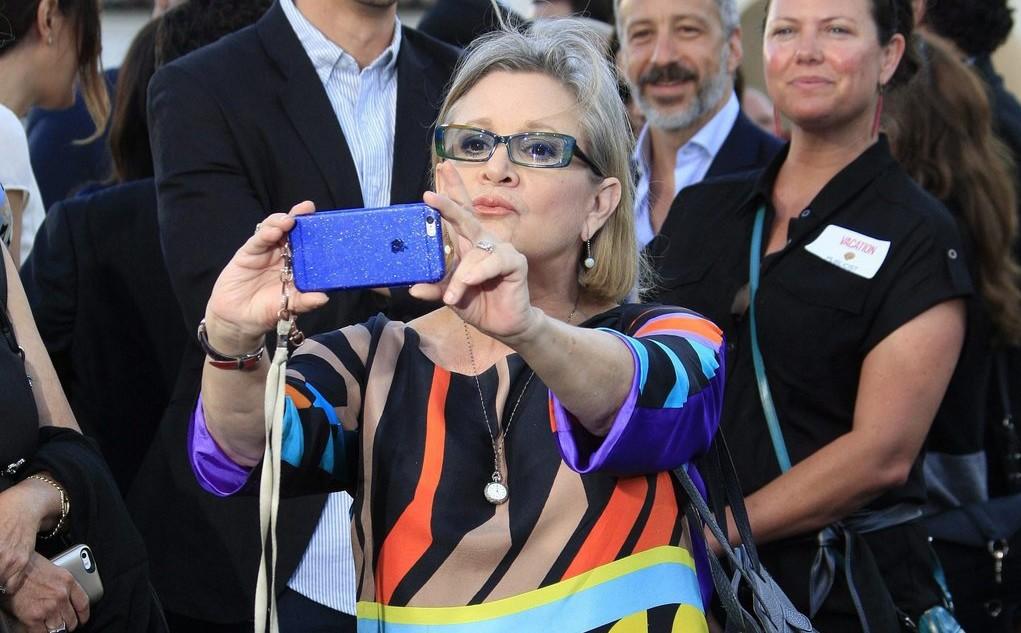 Carrie Fisher amerikai színésznő fényképet készít magáról a Vacation című film Los Angeles-i bemutatóján 2015. július 27-én (MTI/EPA/Nina Prommer)