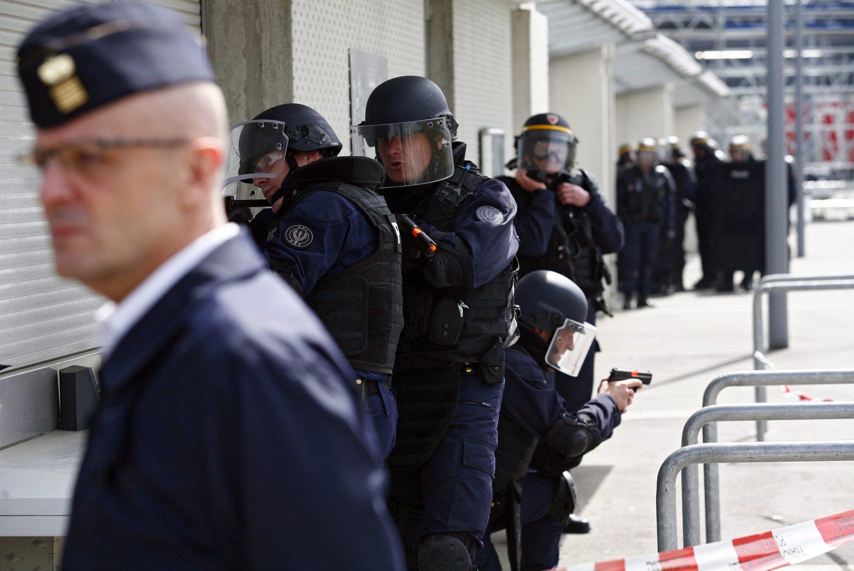 Gyakorlatozó francia rendőrök - képünk illusztráció (MTI/EPA/Thibault Vandermersch)