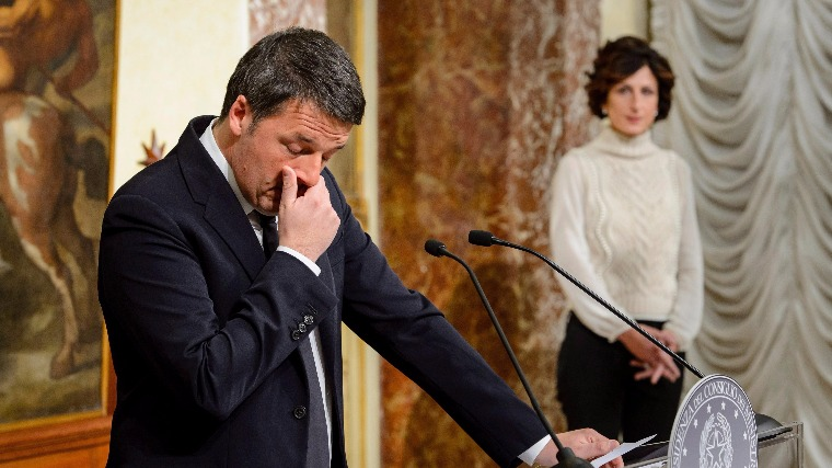 Matteo Renzi olasz miniszterelnök a felesége, Agnese Landini (j) jelenlétében sajtóértekezletet tart Rómában 2016. december 4-én, miután a törvényhozási rendszer átalakításáról szóló alkotmányos népszavazáson vereséget szenvedett. Renzi bejelentette lemondási szándékát. (MTI/EPA/Gregor Fischer)