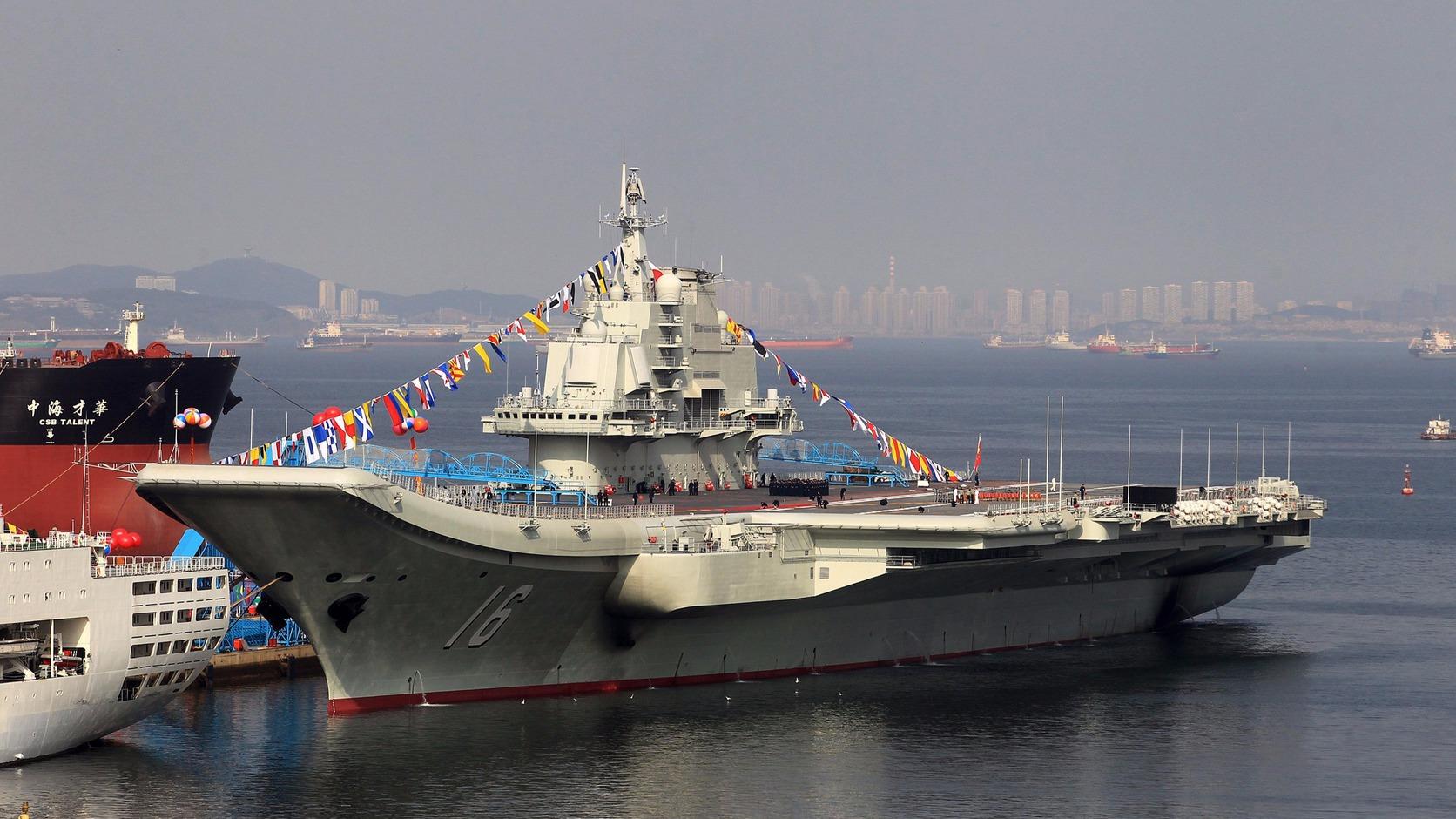 Liaoning kínai repülőgép-hordozó egy kínai kikötőjében. MTI/EPA Fotó