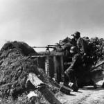 Magyar katonák egy 20 mm-es nehézpuskával tüzelőállásban a Don mentén 1942. szeptember 20-án (MTI Fotó / Hadtörténeti Intézet)