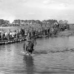 Magyar csapatok átvonulóban egy szükséghídon a Don felé 1942. július 22-én (MTI Fotó/ Hadtörténeti Intézet)
