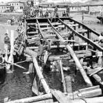 Magyar katonák hidat építenek a Don egyik ágán a keleti fronton 1942. augusztus 20-án (MTI Fotó/ Hadtörténeti Intézet)
