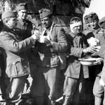 Bajtársaik elsősegélyben részesítik a Don menti harcok alatt megsérült magyar katonákat a keleti fronton 1942. október 5-én (MTI Fotó / Hadtörténeti Intézet)