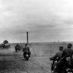 Az 1. felderítő zászlóalj motorkerékpáros százada és Csaba páncélautók haladnak a Don folyó környékén a Szovjetunióban, 1942. augusztus 30-án (MTI Fotó / Hadtörténeti Intézet)