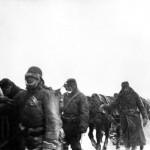 Gyalogosan vonul vissza egy magyar vadászrepülő-alakulat a Don-kanyarban, Ilovszkoje térségében.<br /> A felvétel készítésének pontos napja ismeretlen (MTI Fotó / Hadtörténeti Intézet)