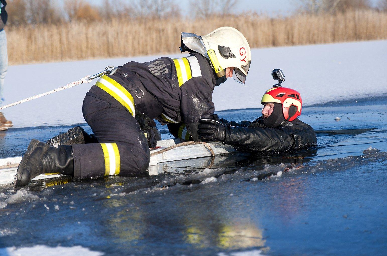 Egy tűzoltó jégről mentési gyakorlat közben, jobbról  Mátis Csaba, a Győri Speciális Mentők vezetője a győri újvárosi tavon 2017. január 11-én. MTI Fotó: Krizsán Csaba