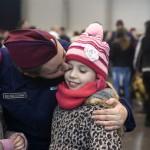 Nagy-Bán Zsuzsanna megpuszilja kislányait a határvadászképzés első ütemében részt vevő állomány ünnepélyes eskütétele után a budapesti Hungexpón 2017. január 12-én.<br /> MTI Fotó: Koszticsák Szilárd