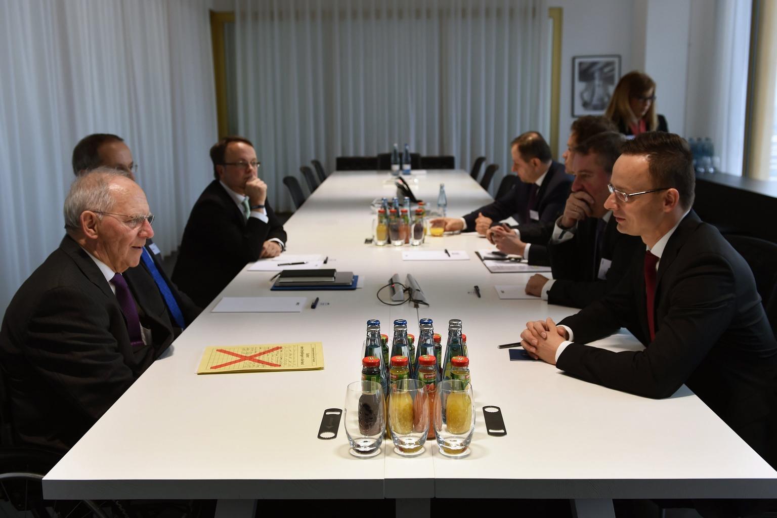 Berlin, 2017. január 11. A Külgazdasági és Külügyminisztérium (KKM) által közreadott képen Szijjártó Péter külgazdasági és külügyminiszter (j) és Wolfgang Schäuble német pénzügyminiszter (b) megbeszélést folytat Berlinben a Die Welt gazdasági fóruma alatt 2017. január 11-én. MTI Fotó: KKM