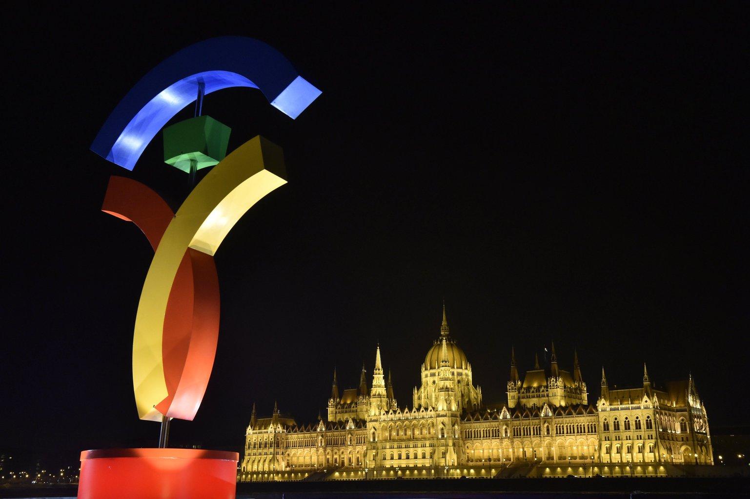 A 2024-es olimpiára és paralimpiára kandidáló Budapest pályázati emblémája Budapesten, a Batthyány téren 2017. január 18-án. A háttérben a Parlament épülete. MTI Fotó: Máthé Zoltán