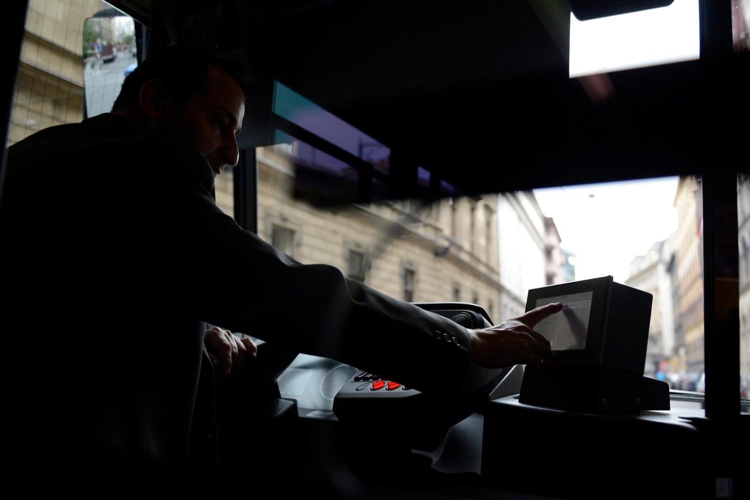 Budapest, 2014. október 1. Baki Béla buszvezető kezeli az információs rendszert egy 9-es BKV-buszon a Futár forgalomirányítási és utastájékoztatási rendszer kiépítésének befejezése alkalmából tartott sajtótájékoztatón a Budapesti Közlekedési Központ (BKK) fővárosi diszpécserközpontja előtt 2014. október 1-jén. MTI Fotó: Kovács Tamás