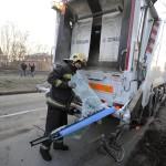 Hulladékgyűjtő teherautóval ütközött autóbusz roncsdarabját mutatja egy tűzoltó a XVIII. kerületben, a Nagykőrösi út és Kalász utca kereszteződésében 2017. január 11-én. A balesetben a buszvezető könnyebben megsérült.<br /> MTI Fotó: Mihádák Zoltán