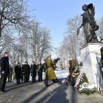Völner Pál, az Igazságügyi Minisztérium államtitkára koszorúz az esztergomi Szent Anna temetőben felállított Béke angyala szobornál, az I. világháborúban a városnál elhunyt külföldi katonák emlékművénél a szoboravatón 2017. január 20-án. A szobor Vlagyimir Szurovcev érdemes művész alkotása.<br /> MTI Fotó: Illyés Tibor
