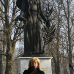 Romanek Etelka polgármester az esztergomi Szent Anna temetőben felállított Béke angyala szobor, az I. világháborúban a városnál elhunyt külföldi katonák emlékművének avatási ünnepségén 2017. január 20-án. A szobor Vlagyimir Szurovcev érdemes művész alkotása.<br /> MTI Fotó: Illyés Tibor