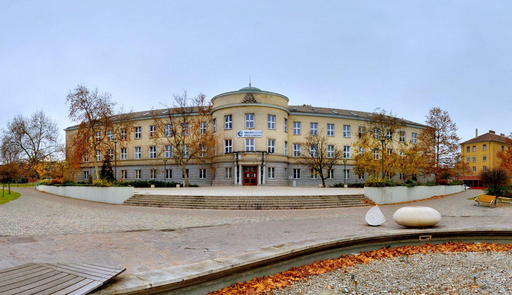 Panorámafotó a Dunaújvárosi Egyetem főépületéről. Fotó: Dunaújvárosi Egyetem Kommunikációs Iroda