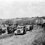 A csapatszállító járművek és fogatok között két tiszti személygépkocsi halad a Don-kanyarban 1942. szeptemberében (MTI Fotó: Reprodukció)