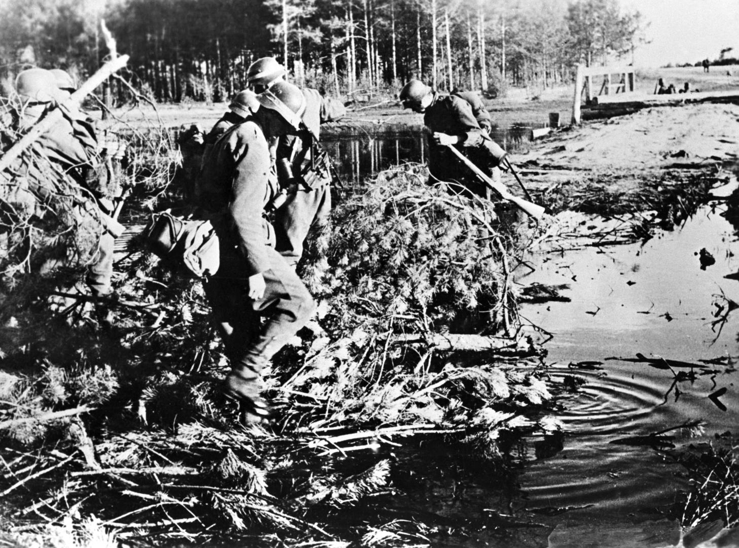 Szovjetunió, 1942. november A 2. magyar hadsereg alakulata szükséghidat épít. Az eredeti felvétel készítésének pontos dátuma és helyszíne ismeretlen. MTI Fotó: Reprodukció