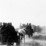 A magyar 2. hadsereg gyalogsági alakulata  trénkocsikon halad a Don-kanyarban 1942. júliusában (MTI Fotó: Reprodukció)