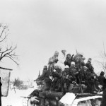 Magyar vadászrepülő-alakulat tagjai harckocsin a Don-kanyarban (MTI Fotó: Reprodukció)