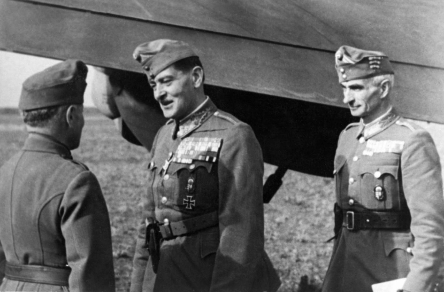 Szovjetunió, 1942. október Jány Gusztáv vezérezredes, a 2. magyar hadsereg parancsnoka (k) megérkezik a frontra, miután felépült sebesüléséből. Az eredeti felvétel készítésének pontos dátuma és helyszíne ismeretlen. MTI Fotó: Reprodukció