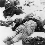 A magyar 2. hadsereg katonáinak holttestei fekszenek a földön a Don-kanyarban. Az eredeti felvétel készítésének pontos dátuma és helyszíne ismeretlen (MTI Fotó: Reprodukció)