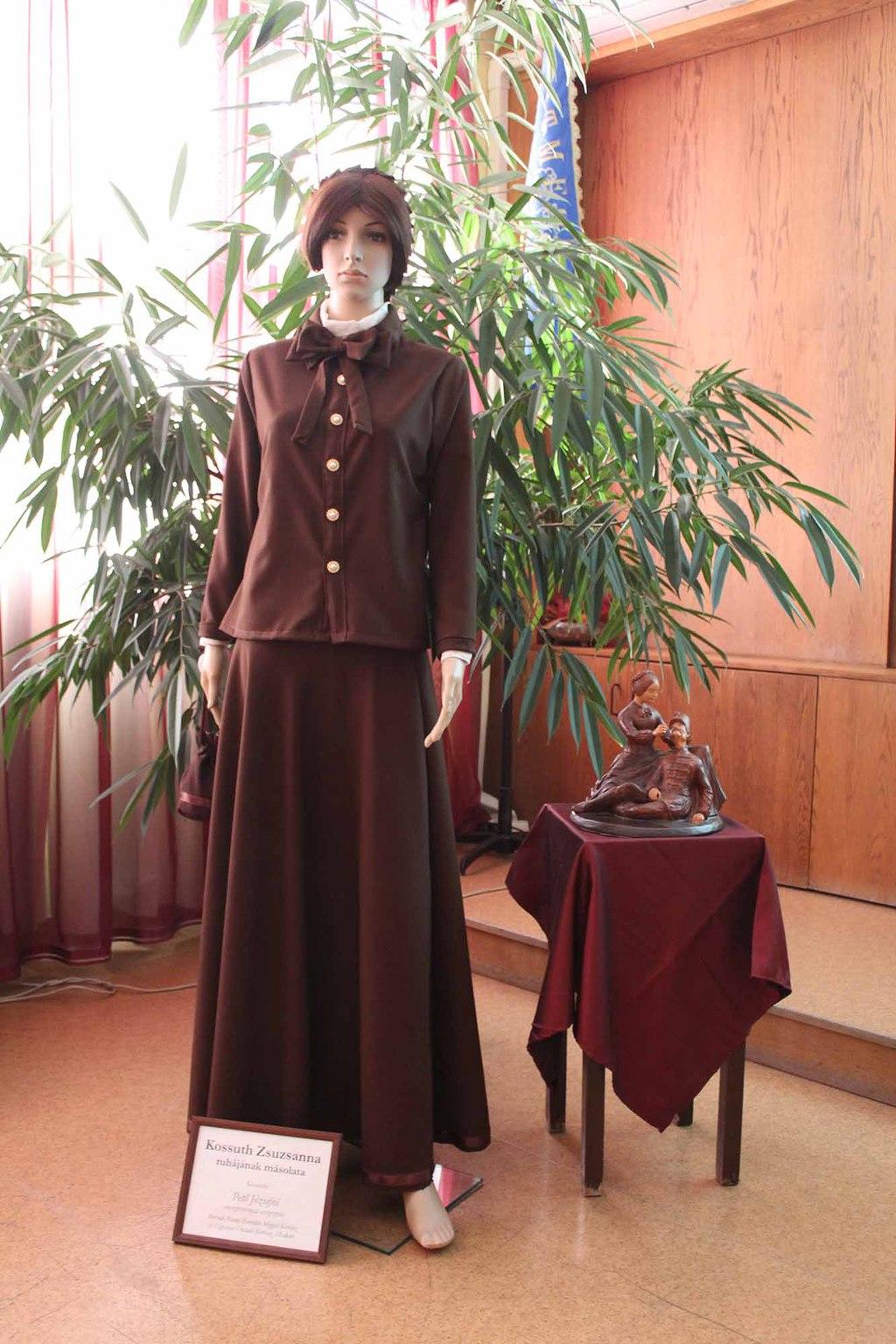 Kossuth Zsuzsanna ruhájának másolata a sajtóeseményen.
