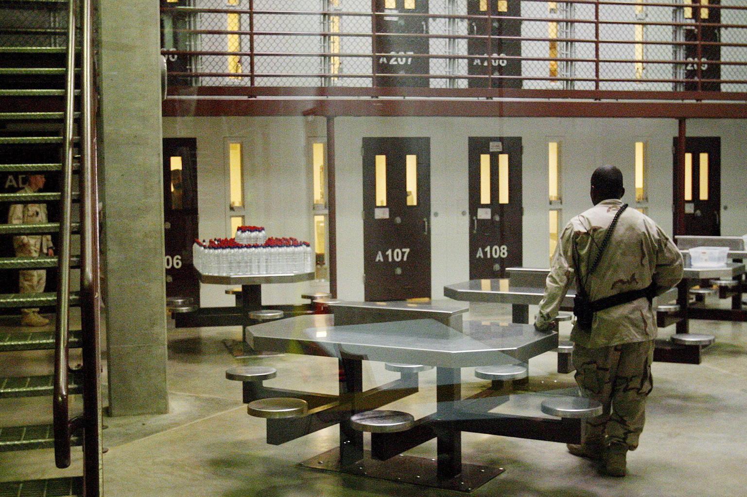 Guantánamo, 2007. október 12. Az amerikai hadvezetés által cenzúrázott képen egy amerikai katona áll őrt a zárkák előtti helyiségben a kubai Guantánamói-öbölben lévő amerikai haditengerészeti támaszponton létesített fogolytábor legszigorúbban őrzött, 6-os szekciójában. Jelenleg 340 terrorizmussal vádolt személyt őriznek a fogolytáborban. (MTI/EPA/SHAWN THEW)