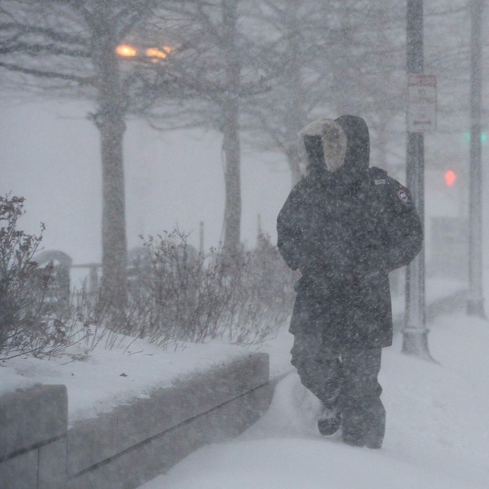 Gyalogosok a Massachusetts állambeli Bostonban 2015. január 27-én, amikor hóvihar van az Egyesült Államok északkeleti partvidékén. (MTI/EPA/CJ Gunther)
