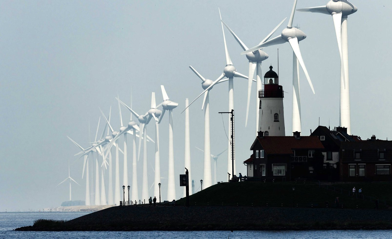 A Westermeerwind szélfarm a hollandiai Urkban 2016. június 21-én. Ez Hollandia legnagyobb tengerparti szélerőműve, amelyben 48 turbina 160 ezer háztartás fogyasztásának kielégítésre elegendő villamos energiát termel. (MTI/EPA/Remko De Waal)