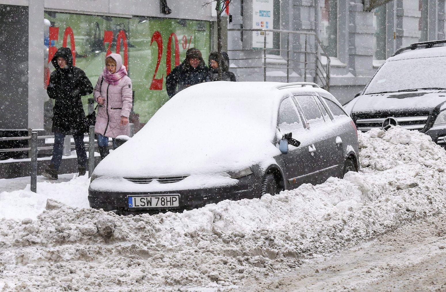 Hó fogságába rekedt autó Kijev belvárosában 2017. január 9-én (MTI/EPA/Szerhíj Dolzsenko)