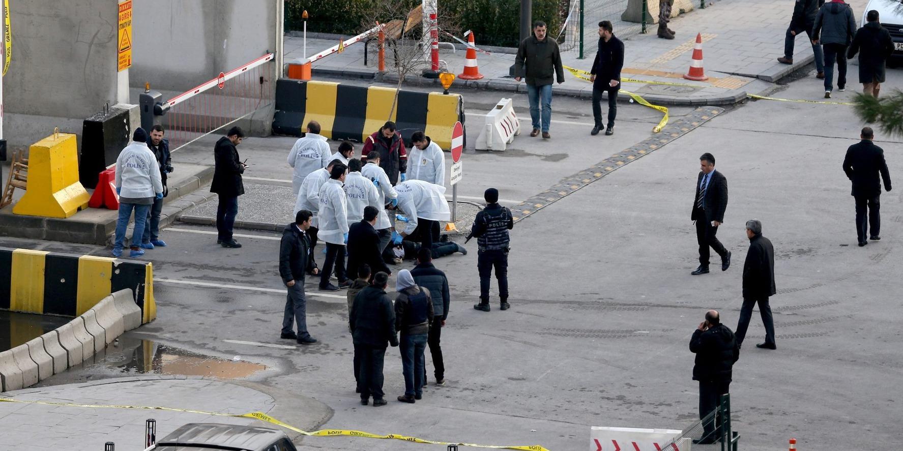 Gaziantep, 2017. január 10. Bűnügyi helyszínelők egy fegyveres támadó holttesténél a délkelet-törökországi Gaziantep város központi rendőrkapitánysága előtt 2017. január 10-én, miután két, állítólag öngyilkos merényletre készülő támadó tüzet nyitott rendőrökre az épület bejáratánál. A tűzharcban egy rendőr könnyebben megsebesült, a merénylő tettestársa elmenekült. A támadásért egyelőre egyetlen szervezet sem vállalta a felelősséget. (MTI/EPA)