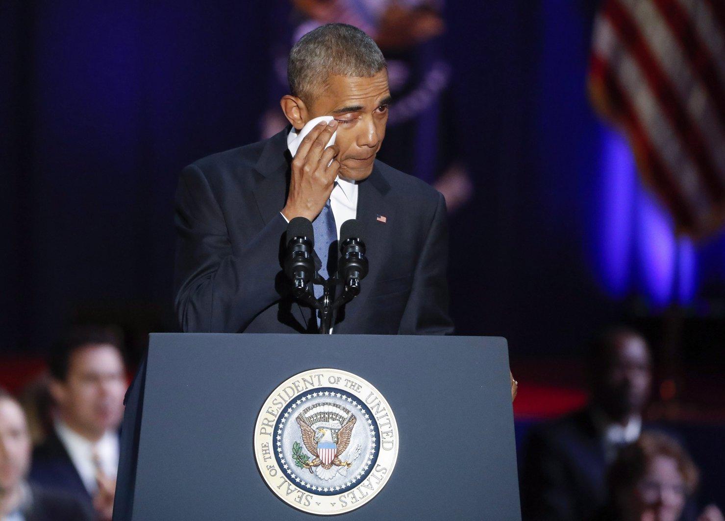 Barack Obama leköszönő amerikai elnök elérzékenyül az amerikai néphez intézett utolsó elnöki beszéde alatt a chicagói McCormick Place rendezvényközpontban 2017. január 10-én (MTI/EPA/Kamil Krzaczynski)