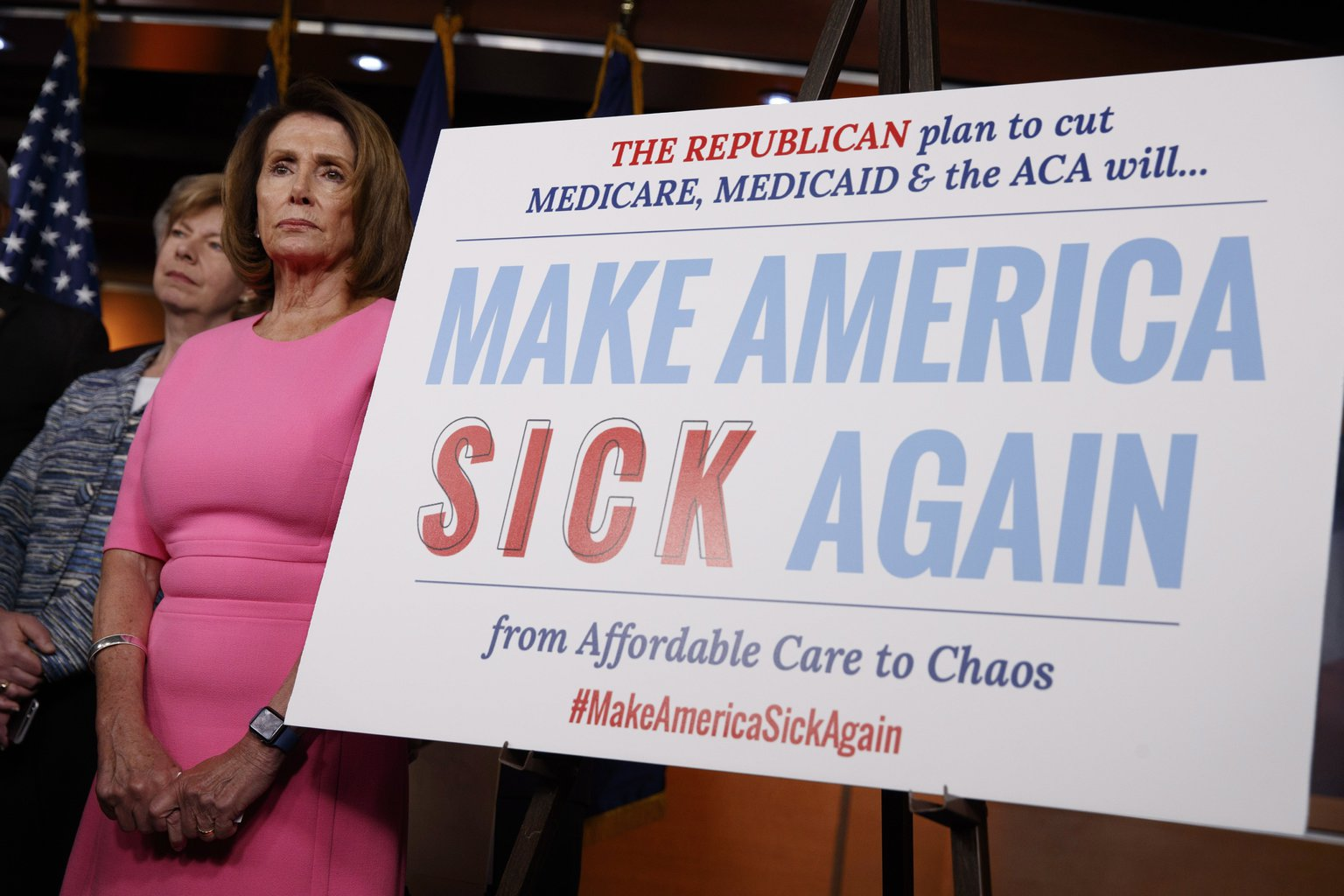 Nancy Pelosi, az amerikai kongresszus demokrata frakciójának vezetője az Obamacare néven ismert amerikai egészségbiztosítási törvény tervezett megszüntetése ügyében tartott sajtótájékoztatón a washingtoni Capitoliumban 2017. január 4-én - a transzparensen álló felirat Donald Trump megválasztott republikánus elnök kampányszövegének módosításával tiltakozik a törvény eltörlése ellen (MTI/AP/Evan Vucci)