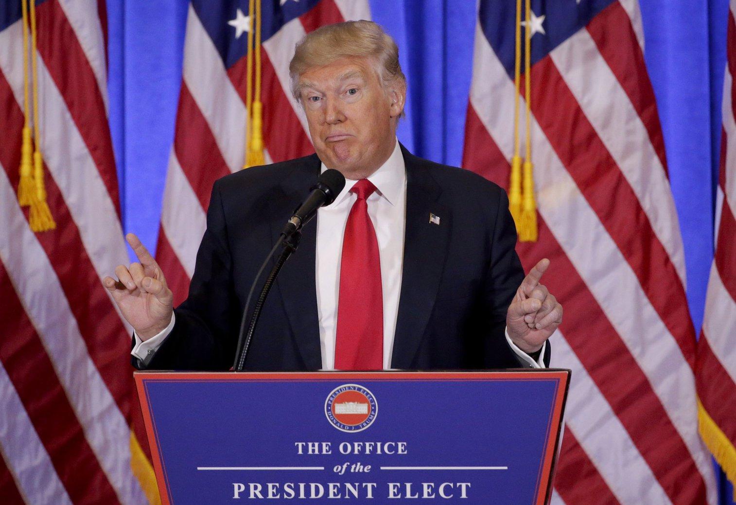 Donald Trump, megválasztott amerikai elnök e minőségében első sajtóértekezletét tartja a New York-i Trump-torony előcsarnokában 2017. január 11-én (MTI/AP/Seth Wenig)