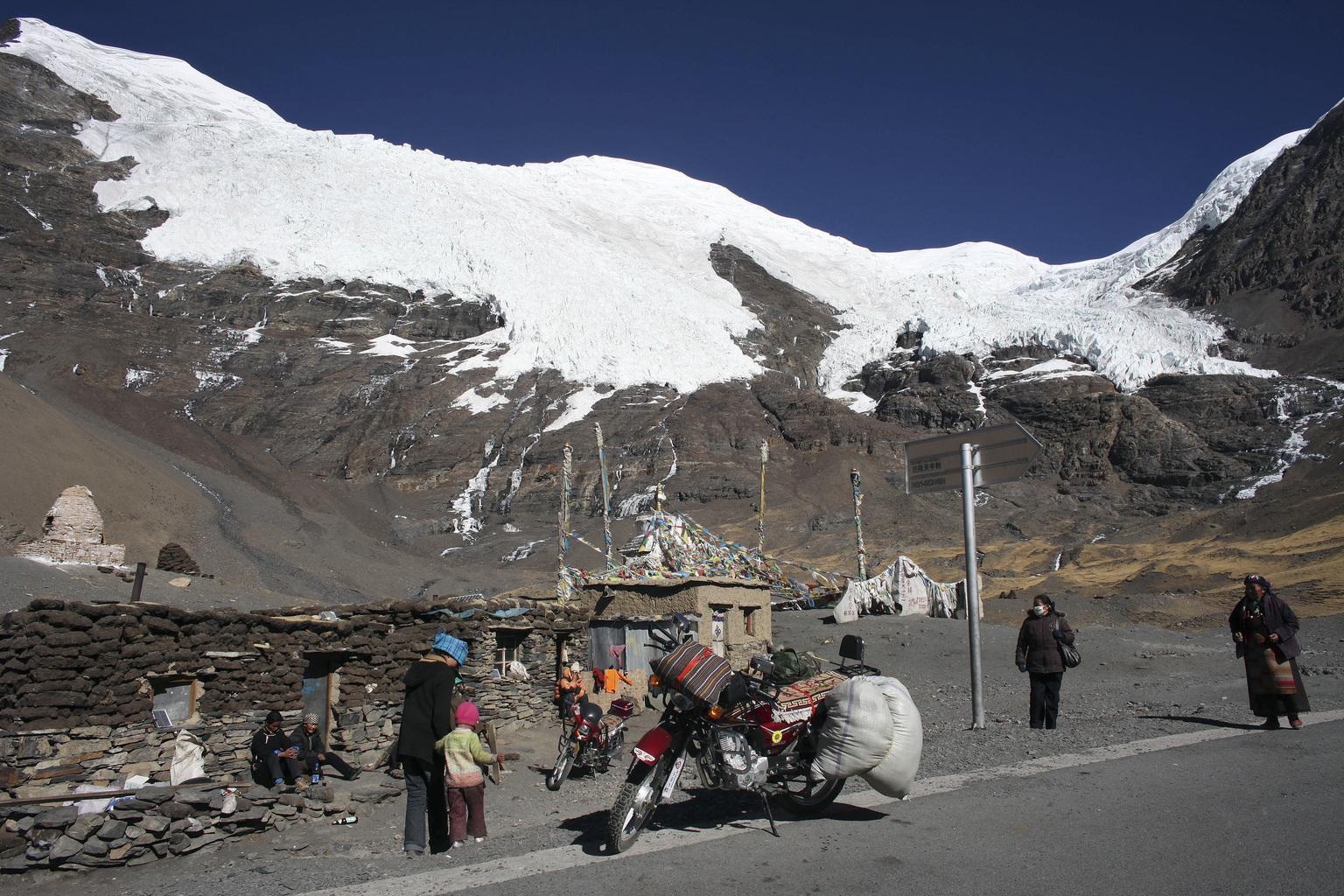 Tibetiek a Kharola-gleccser közelében. (Fotó: Reuters/ Nir Elias)