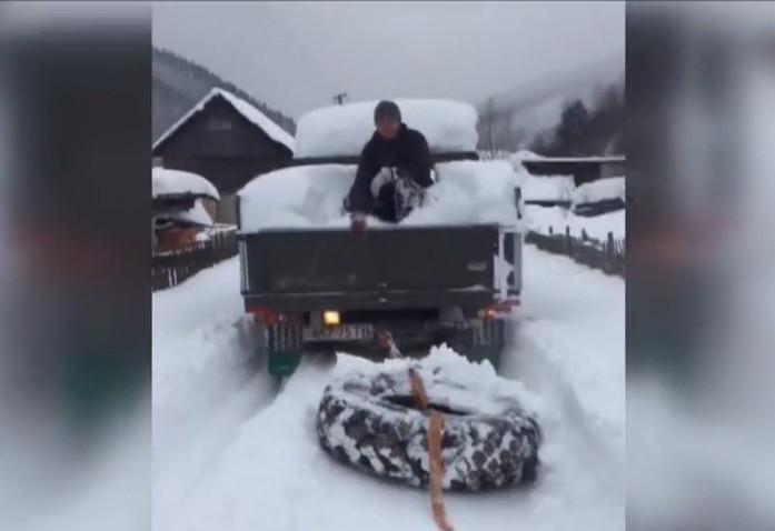 Teherautó után kötött gumiabronccsal kotorják a havat Kárpátalján