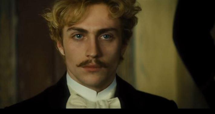Aaron Taylor Johnson Vronszkij szerepében az Anna Kareninában. Fotó: youtube