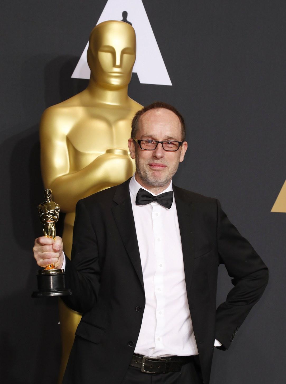 John Gilbert a legjobb vágásért járó Oscarjával. Fotó: MTI/EPA