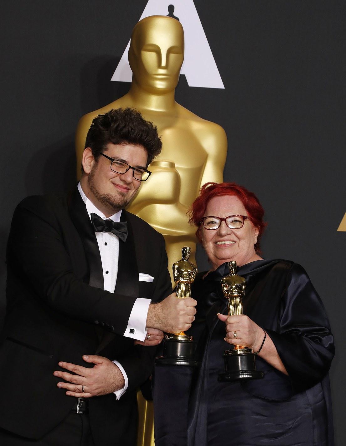Deák Kristóf és Udvardy Anna Oscar- díjával. Fotó: MTI/EPA