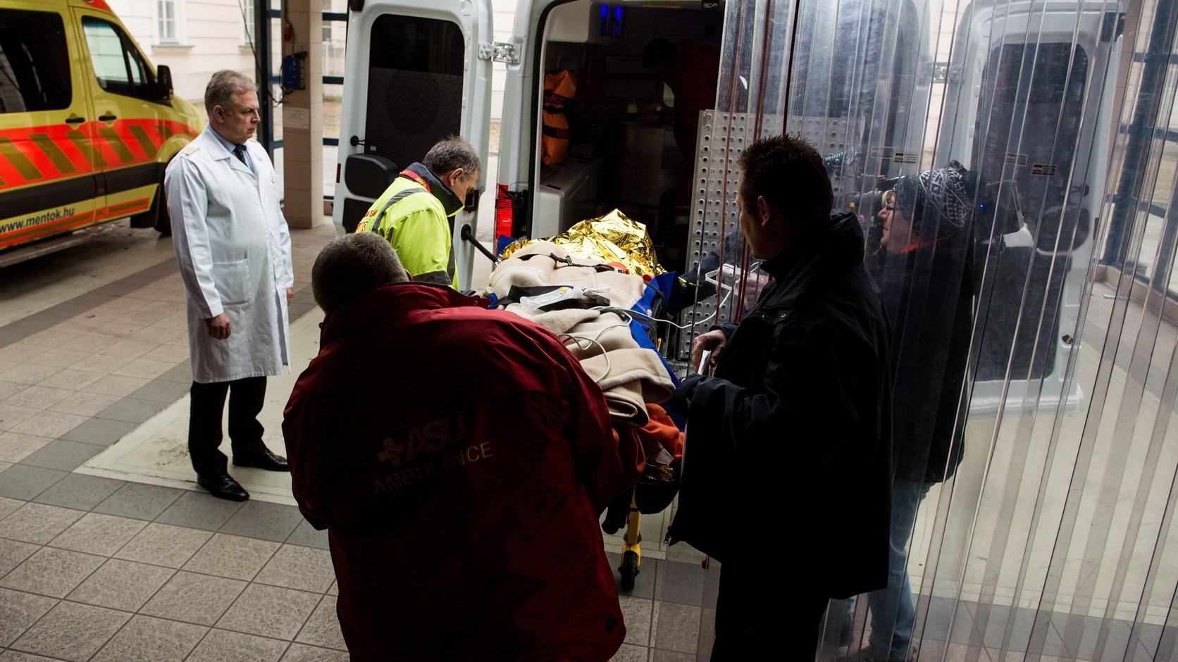 Budapest, 2017. február 15. Az olaszországi buszbaleset eddig Veronában ápolt egyik sérültjét hozzák a budapesti Honvédkórházba 2017. február 15-én. A másik sérültet, aki fejsérülést szenvedett, továbbra is Olaszországban ápolják. MTI Fotó: Balogh Zoltán