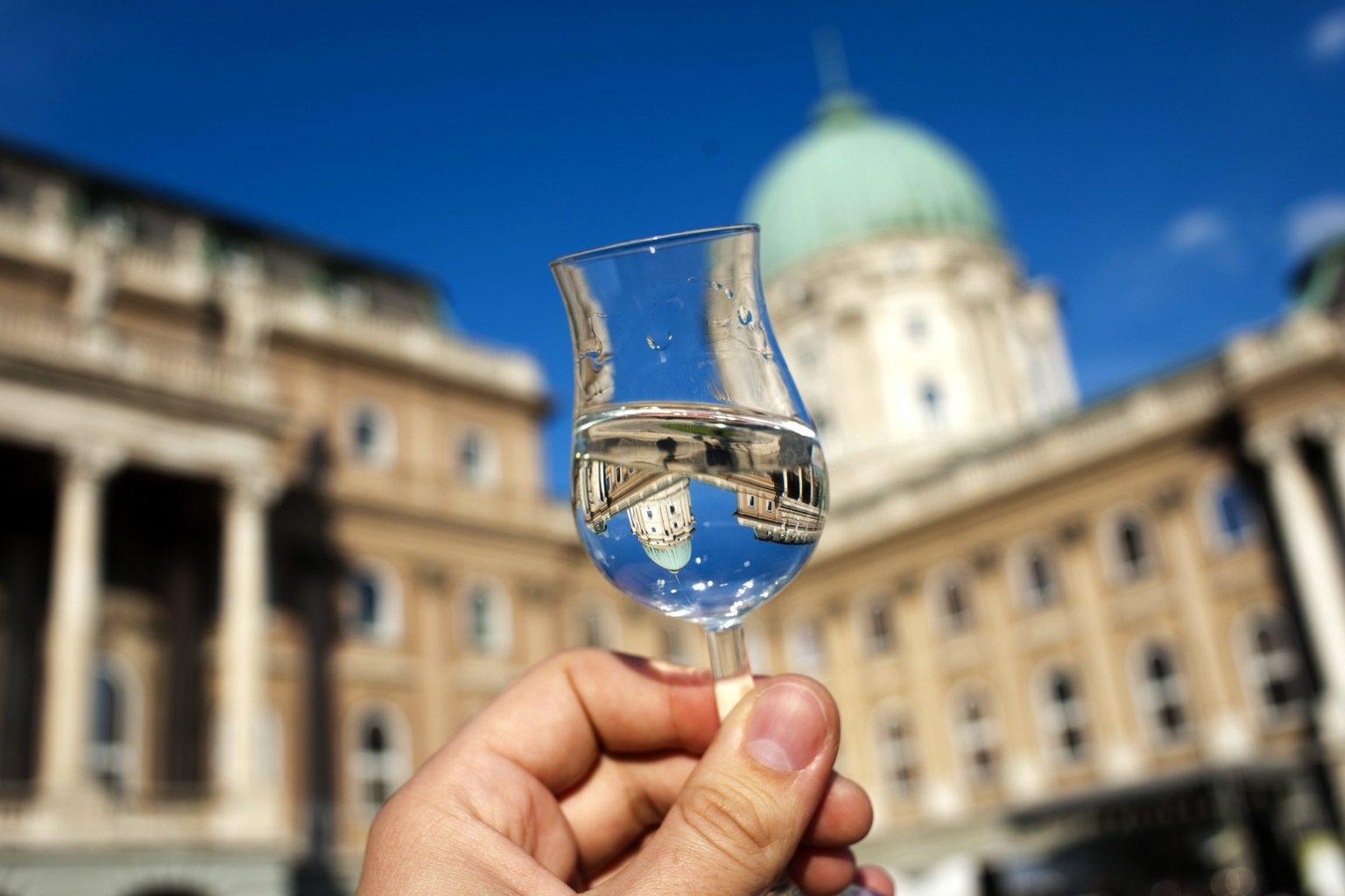 Budapest, 2012. május 10. A Budavári Palota kupolája tükröződik egy pohár pálinkában a budai várban megrendezett VII. Budapesti Pálinkafesztiválon. MTI Fotó: Marjai János