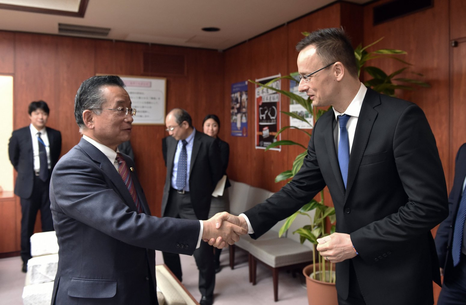 Szijjártó Péter külgazdasági és külügyminiszter és Jamamoto Judzsi mezőgazdasági, erdészeti és halászati miniszter találkozója Tokióban MTI Fotó: KKM