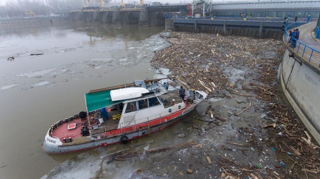 Minden korábbinál több uszadék és hulladék érkezett a Tiszán idén