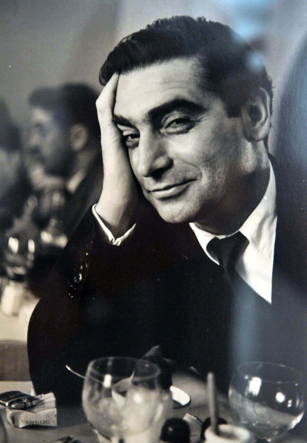 Budapest, 2009. július 2. Ruth Orkin 1951-ben, Párizsban készült képe Robert Capa-ról a fotóriporter képeiből összeállított kiállítást bemutató sajtótájékoztató előtt a Ludwig Múzeum - Kortárs Művészeti Múzeumban. MTI Fotó: Reprodukció